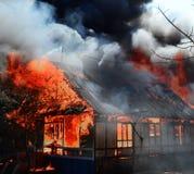Дом на пожаре Стоковые Фото