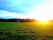 Дом на поле стоковое изображение rf
