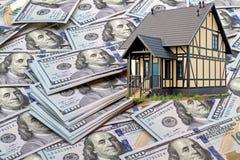 Дом на предпосылке банкнот 100 долларов Стоковое фото RF