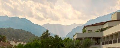Дом на предпосылке гор 1 100 захватили индюка tiff JPEG iso фильтра поляризовыванного kemer сырцового Стоковые Изображения