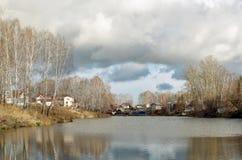 Дом на пруде в осени Стоковая Фотография