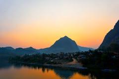 Дом на реке, заход солнца на реке Ou Nam в Nong Khiaw, Лаосе стоковое изображение rf