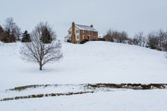 Дом на снеге покрыл холм, в сельском районе Carroll County, Стоковая Фотография