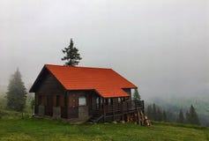 Дом на тумане горы Стоковое Изображение