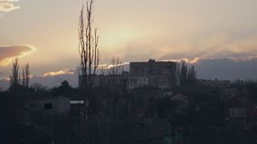 Дом на холме на заходе солнца