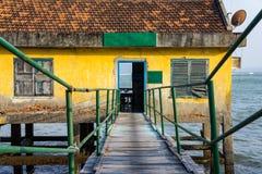Дом на ходулях в открытом море Стоковые Изображения
