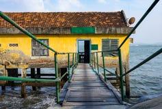 Дом на ходулях в открытом море Стоковые Фото