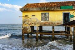 Дом на ходулях в открытом море Стоковое Изображение RF
