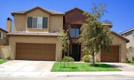 дом новые 3 гаража автомобиля Стоковые Изображения