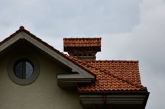 Дом оборудован с высококачественным толем керамических плиток Хороший пример совершенного толя Здание надежно pro стоковое изображение rf