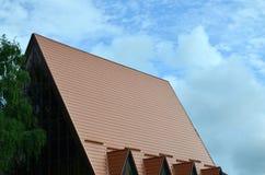 Дом оборудован с высококачественным толем плиток металла Хороший пример совершенного современного толя Здание reliabl стоковая фотография rf