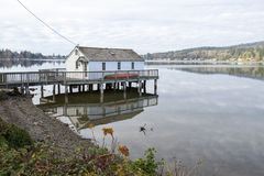 Дом озера на пристани Стоковое Фото