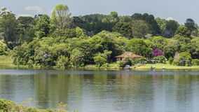 Дом озером стоковое фото