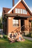 дом около детенышей новых пар сидя Стоковое Фото