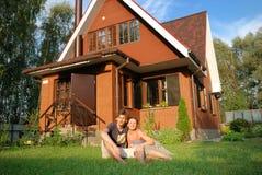 дом около детенышей новых пар сидя Стоковые Фото