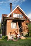 дом около детенышей новых пар сидя Стоковое Изображение