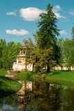 Дом около пруда стоковое изображение