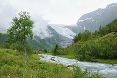 Дом около реки и гор Стоковое Фото