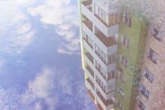 Дом отражения воды в лужице Жилой дом refl Стоковое Фото