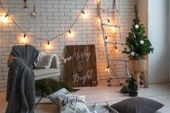 дом падуба декора ягод выходит mistletoe снежная зима белизны вала Рождественская елка в интерьере просторной квартиры против кир Стоковые Фотографии RF