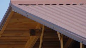 Дом под конструкцией против голубого неба Красный цвет кирпича сток-видео