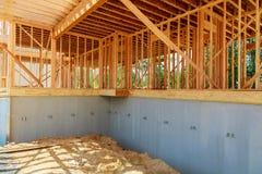 Дом под концом конструкции вверх с голубым небом стоковые фотографии rf