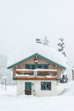 Дом покрытый с толстым снегом на снежный день Стоковые Изображения