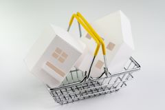 Дом покупки и надувательства, спрос и предложение свойства или недвижимость покупая концепцию, небольшую корзину для товаров с по стоковое фото rf