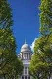 Дом положения Род-Айленда между деревьями против голубого неба стоковые изображения