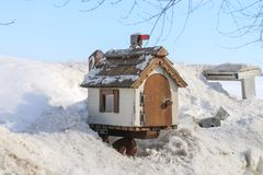 Дом почтового ящика деревянный на стороне дороги Стоковая Фотография