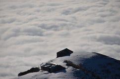 Дом поднимая облаков Стоковые Фото