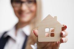 Дом предложения агента недвижимости Страхование собственности и безопасность c Стоковые Изображения RF