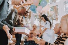 Дом престарелых Сумашедше счастливый пенсионер в кресло-коляске стоковая фотография