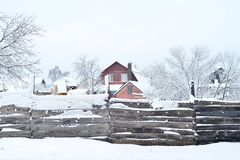Дом при земля и здания, покрытые с снегом, взгляд от за загородки Состав, предпосылка стоковое фото rf
