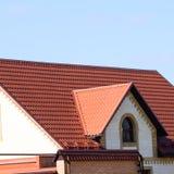 Дом при крыша сделанная из металлических листов стоковые фотографии rf