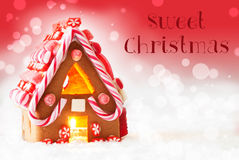 Дом пряника, красная предпосылка, отправляет СМС сладостное рождество Стоковые Фото