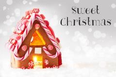 Дом пряника, серебряная предпосылка, отправляет СМС сладостное рождество Стоковые Фото
