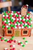 Дом пряника fairy на предпосылке яркой Стоковое Изображение