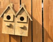 Дом птицы на деревянной загородке Стоковые Фото