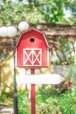Дом птицы с пустой предпосылкой знака стрелки Стоковая Фотография RF