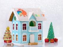 Дом рассказа пряника 2 Cristmas с балконом домодельным и bokeh Стоковая Фотография