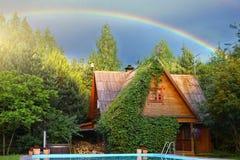 Дом радуги и коттеджа страны с бассейном Стоковое фото RF