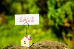 Дом рекламирует для продажи знак использует его для концепции рынка недвижимости Ипотечный кредит, ипотеки, задолженность, деньги стоковое фото