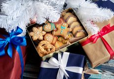 Дом рождества внутренний с коробкой печений стоковая фотография rf