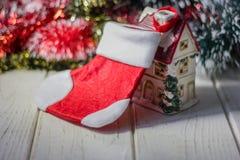 Дом рождества украшенный с большим ботинком santa на трубе стоковое фото
