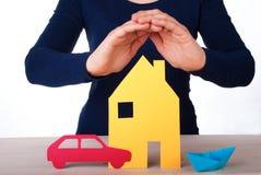 Дом руки защищая, автомобиль, шлюпка стоковое фото