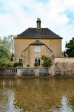 Дом рядом с рекой в Bourton на воде Стоковые Фото
