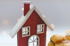 Дом рядом с очень вкусными eclairs Стоковое Изображение RF