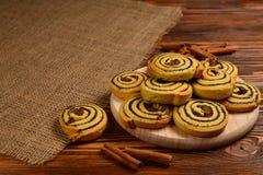Дом сделал испеченные печенья с изюминками и маковыми семененами стоковая фотография rf