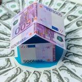 Дом сделанный банкнот евро, в долларе круга Стоковое Фото